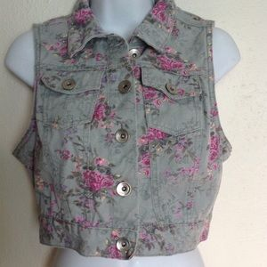 Sweet vest with delicate flowers